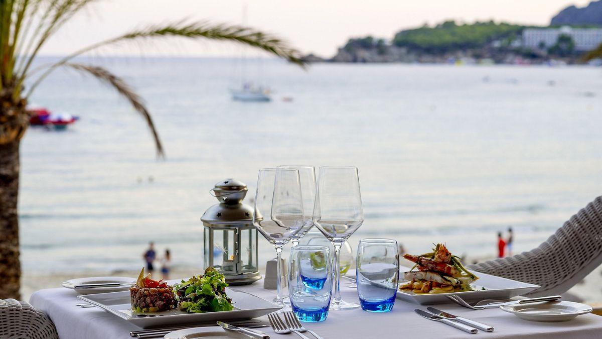 Ratatouille an einem Tisch im Freien mit Meerblick